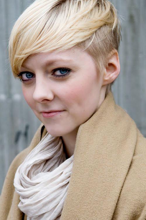 krotka fryzura blond wlosy wygolony bok